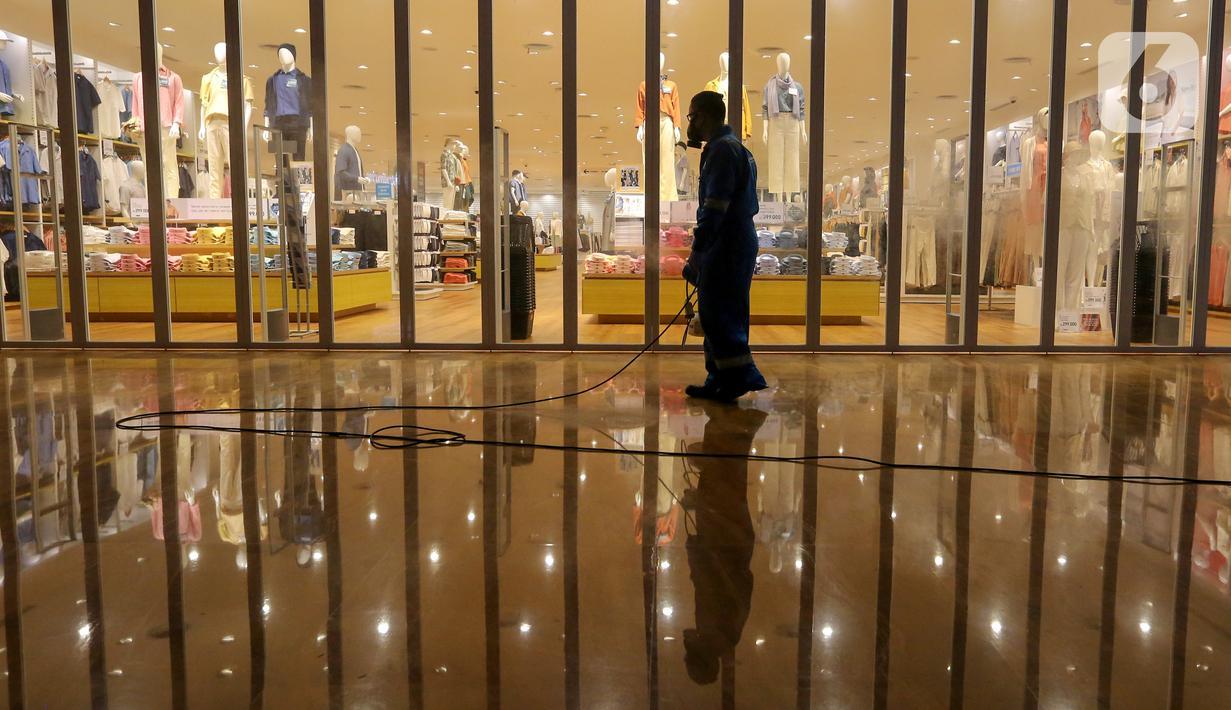 Petugas menyemprotkan cairan disinfektan di dalam area Lippo Mall Kemang, Jakarta, Senin (23/3/2020). Melalui program we Care, penyemprotan dilakukan untuk mengurangi penyebaran Virus Corona atau Covid-19. (Liputan6.com/Fery Pradolo)