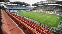 Tampak bangku kosong saat pertandingan Jeonbuk Hyundai Motors melawan Suwon Samsung Blue Wings pada laga K-League di Stadion Jeonju, Korea Selatan, Jumat (8/5/2020). Kembali bergulir di tengah wabah corona, K-League tanpa penonton. (AFP/Jung Yeon-Je)