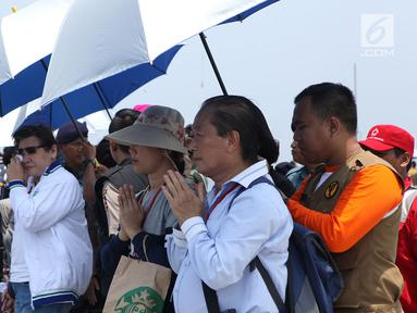 Keluarga korban pesawat Lion Air PK-LQP  penerbangan TJ 610 dengan tujuan Jakarta-Pangkal Pinang doa bersama di atas KRI Banda Aceh di Perairan Tanjung karawang, Jawa Barat, Selasa (6/11). (Merdeka.com/Imam Buhori)