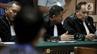 Jaksa Penuntut Umum (JPU) membacakan dakwaan pada sidang perdana kasus penyiraman Novel Baswedan di Pengadilan Negeri Jakarta Utara, Kamis (19/3/2020). Dua terdakwa, yakni Ronny Bugis dan Rahmat Kadir Mahulete menjalani sidang dengan agenda pembacaan dakwaan oleh JPU. (merdeka.com/Iqbal Nugroho)