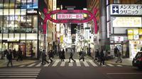 Orang-orang berjalan di sekitar lingkungan Shinjuku Tokyo, Kamis (7/1/2021). Pemerintah Jepang kembali memberlakukan status keadaan darurat Virus Corona COVID-19 untuk Tokyo, Kanagawa, Saitama, dan Chiba.  (AP Photo/Hiro Komae)