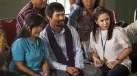 Petinju Filipina, Manny Pacquiao (tengah), saat mengunjungi terpidana mati Mary Jane (kiri) di ruang kunjung Lapas Wirogunan, Yogyakarta, Jumat, (10/7/2015). Ini kali pertama Manny Pacquiao mengunjungi terpidana mati Mary Jane. (REUTERS/Ignatius eswe)