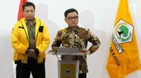 Ketua DPP Partai Golkar Ace Hasan Syadzily dan Ketua DPP Partai Golkar Venno Tetelepta memberikan keterangan pers terkait pemberhentian dan pengisian jabatan di DPP Partai Golkar, Jakarta, Selasa (19/3). (Liputan6.com/Johan Tallo)