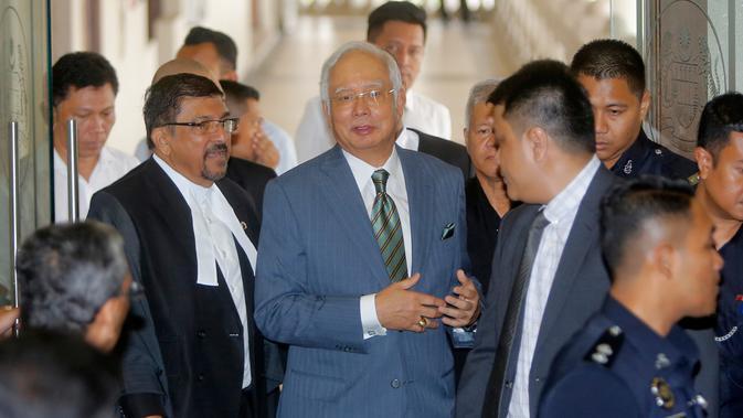 Mantan Perdana Menteri Malaysia, Najib Razak tiba di Pengadilan Tinggi Malaya, Kuala Lumpur, Rabu (8/8). Najib Razak akan dihadapkan dengan dakwaan baru di bawah undang-undang anti pencucian uang untuk kasus megakorupsi 1MDB. (AP/Yam G-Jun)#source%3Dgooglier%2Ecom#https%3A%2F%2Fgooglier%2Ecom%2Fpage%2F%2F10000