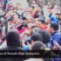 Ratusan pelayat yang berdesakan di rumah Olga Syahputra di kawasan Duren Sawit, Jakarta Timur, Sabtu (28/3) dimanfaatkan oleh komplotan pencopet. Salah satu pencopet tertangkap dan menjadi bulan-bulanan masa yang beringas.