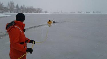 Foto yang diunggah Senin (22/1), petugas pemadam kebakaran dari West Metro Fire Rescue menyelamatkan seekor rusa yang terjebak dalam danau es di Colorado, AS. Petugas itu memberanikan diri menerjang dinginnya danau es.  (facebook.com/WestMetroFireRescue)