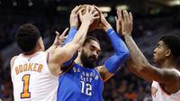 Center Oklahoma City Thunder Steven Adams (tengah) dikepung duo Phoenix Suns Devin Booker (kiri) dan Marquese Chriss pada laga NBA di Talking Stick Resort Arena, Jumat (2/3/2018) atau Sabtu (3/3/2018) WIB. (AP Photo/Matt York)