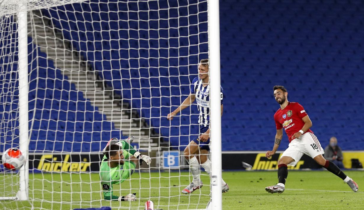 Pemain Manchester United Bruno Fernandes (kanan) mencetak gol ke gawang Brighton pada pertandingan Premier League di Stadion AMEX, Brighton, Inggris, Selasa (30/6/2020). Manchester United menang 3-0 dengan dua gol dicetak Bruno Fernandes. (AP Photo/Alastair Grant, Pool)