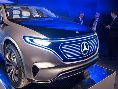Tampilan dari mobil listrik Mercedes-Benz dengan 'Concept EQ' yang dipamerkan dalam acara peluncuran pabrik baterai Accumotive di Kamenz, Jerman (22/5). Mercedes-Benz ini merupakan sebuah SUV dengan penampilan futuristis. (AP Photo/Jens Meyer)