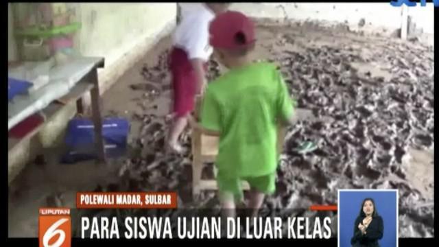 Fasilitas belajar seperti buku dan lemari di SD Padang Kaleok Binuang bahkan rusak akibat lumpur.