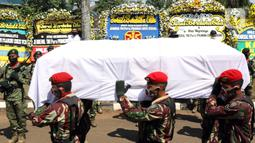 Prajurit TNI mengusung jenazah mantan KSAD Jenderal TNI (Purn) Pramono Edhie Wibowo di kawasan Puri Cikeas, Kab Bogor, Jabar, Minggu (14/6/2020). Pramono Edhie Wibowo wafat di usia 65 tahun dan akan dimakamkan secara militer di TMPN Kalibata. (Liputan6.com/Helmi Fithriansyah)
