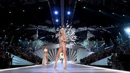Model Elsa Hosk berpose di atas catwalk selama Victoria's Secret Fashion Show 2018 di New York, AS (8/11). Fantasy bra Victoria's Secret  dihiasi lebih dari 2.100 kristal Swarovski 71 karat dengan waktu pembuatan 930 jam. (AFP Photo/Angela Weiss)