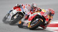 Pebalap Ducati, Andrea Dovizioso, berusaha mengejar Marc Marquez pada balapan MotoGP Malaysia di Sirkuit Sepang, Minggu (29/10/2017). Dovizioso finis pertama dengan catatan waktu 44 menit 51,497 detik. (AP/Vincent Thian)