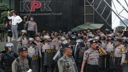 Petugas kepolisian menjaga gedung KPK saat berlangsung aksi unjuk rasa mahasiswa PMII, Jakarta, Jumat (20/9/2019). Sejak penetapan pimpinan KPK terpilih 2019-2013 dan isu RUU KPK mengemuka di masyarakat, gedung KPK menjadi sasaran aksi unjuk rasa. (Liputan6.com/Helmi Fithriansyah)