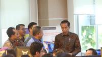 Presiden Joko Widodo meninjau layanan konsultasi OSS BKPM di PTSP BKPM, Jakarta, Senin (14/1). Jokowi mengatakan, peninjauan ini untuk mengecek langsung bagaimana praktik sistem OSS yang sudah diterapkan pemerintah. (Liputan6.com/Angga Yuniar)