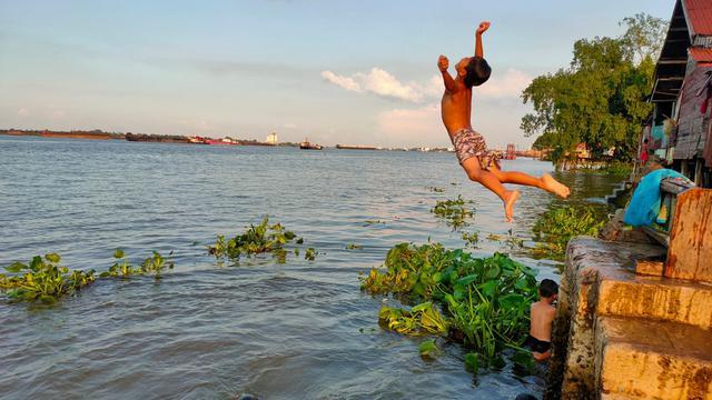 Serunya Anak-anak Berenang di Tepian Sungai Musi Palembang di Pagi Hari