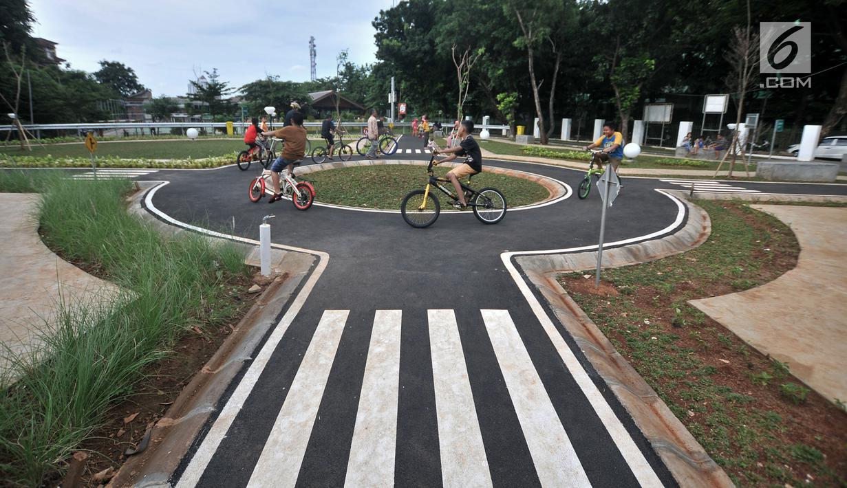 Anak-anak bermain di Taman Pintar Berlalu Lintas, Tebet, Jakarta, Rabu (26/12). Taman Pintar Berlalu Lintas dibangun oleh Pemprov DKI Jakarta. (Merdeka.com/Iqbal Nugroho)
