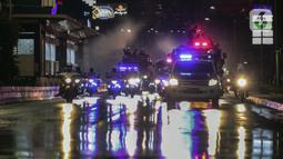 Petugas dari Dinas Penanggulan Kebakaran dan Penyelamatan DKI Jakarta menyemprotkan cairan disinfektan di sekitar Jalan Jenderal Sudirman-MH Thamrin, Jakarta, Kamis (31/12/2020). Jalan ini ditutup pada 31 Desember 2020 pukul 20.00 WIB hingga 1 Januari 2021 pukul 03.00 WIB. (Liputan6.com/Johan Tallo)