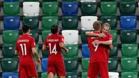Pemain Norwegia merayakan gol yang dicetak Erling Braut Haaland ke gawang Irlandia Utara pada laga UEFA Nations League di Windsor Park, Selasa (8/9/2020) dini hari WIB. Norwegia menang telak 5-1 atas Irlandia Utara. (AFP/Paul Faith)