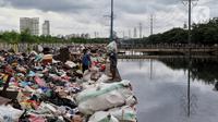 Warga memilah sampah sisa banjir yang dikumpulkan dari sepanjang Kali Cengkareng, Jakarta Barat, Kamis (9/1/2020). Sampah sisa banjir tersebut selanjutnya akan dibawa menggunakan truk pengangkut ke TPA Bantar Gebang. (Liputan6.com/Johan Tallo)