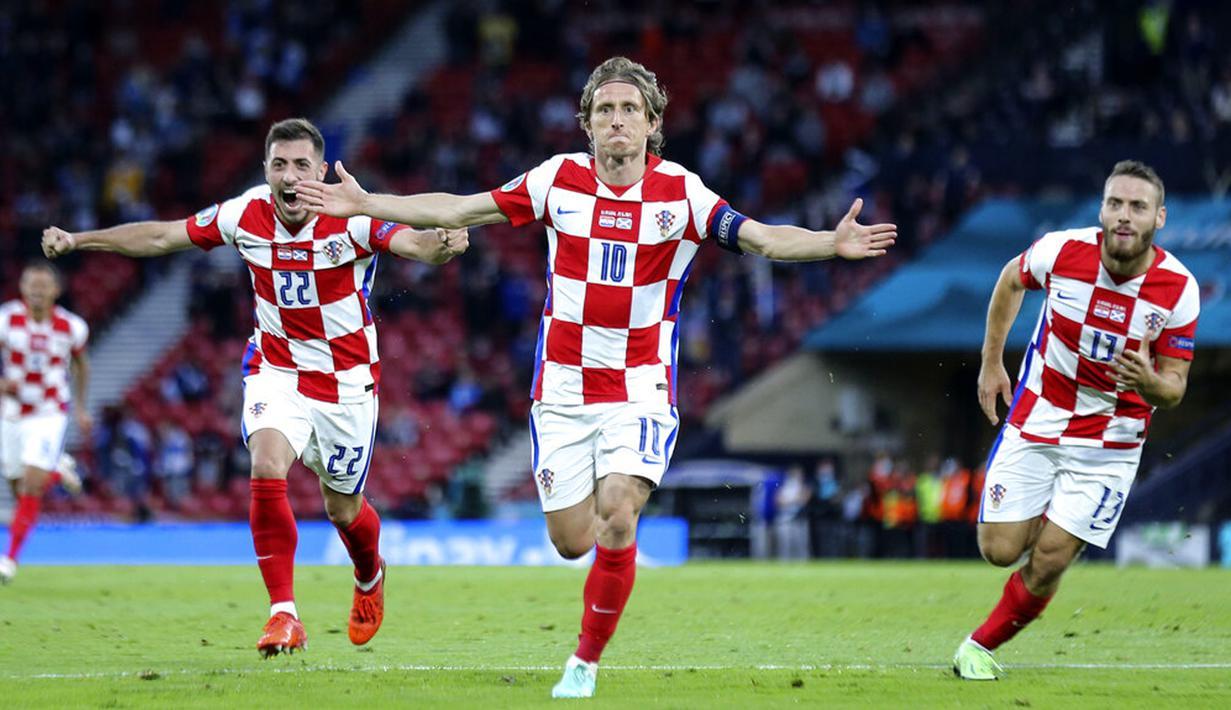 Pemain Kroasia Luka Modric (tengah) melakukan selebrasi usai mencetak gol ke gawang Skotlandia pada pertandingan Grup D Euro 2020 di Stadion Hampden Park, Glasgow, Selasa (22/6/2021). Kroasia menang 3-1. (Robert Perry/Pool via AP)