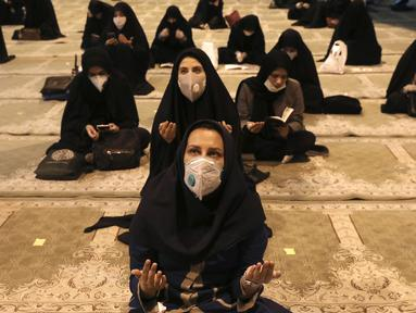 Jemaah berdoa memburu malam lailatul qadar pada bulan suci Ramadan di Masjid Universitas Teheran, Laylat al-Qadr, Iran, Selasa (12/5/2020). Iran mengizinkan masjid dibuka kembali, namun dengan memperhatikan prosedur kesehatan dan sosial untuk mencegah penyebaran COVID-19. (AP Photo/Vahid Salemi)