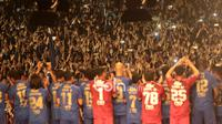 Ribuan Bobotoh menyambut Mihael Essien dkk saat perkenalan tim Persib Bandung di Stadion Siliwangi, Bandung, Minggu (2/4/2017). Peluncuran tim ini menandai kesiapan Persib menghadapi Liga 1 Indonesia. (Bola.com/Nicklas Hanoatubun)