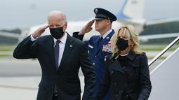Presiden Joe Biden membalas hormat saat bersama ibu negara Jill Biden tiba Pangkalan Udara Dove Air, Delaware, Minggu (29/8/2021). Joe Biden menghadiri penghormatan untuk 13 tentara AS yang tewas dalam ledakan bom bunuh diri di dekat bandara Kabul, Afghanistan. (AP/Manuel Balce Ceneta)