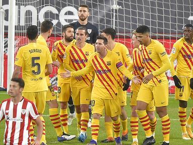 Para pemain Barcelona merayakan gol kedua yang dicetak striker Lionel Messi (tengah) ke gawang Athletic Bilbao dalam laga lanjutan Liga Spanyol 2020/21 di San Mames Stadium, Bilbao, Rabu (6/1/2021). Barcelona menang 3-2 atas Athletic Bilbao. (AFP/Ander Gillenea)