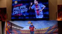 Ekspresi Philippe Coutinho saat diperkenalkan sebagai pemain baru Barcelona di Camp Nou, Barcelona, (7/1). Coutinho diboyong Barcelona dengan harga sebesar 400 juta euro (sekitar Rp 6,45 triliun). (AFP Photo/Josep Lago)