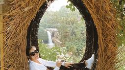 Di Pulau Dewata, Nindy menikmati wisata alam untuk melepas penat. Ibu dua anak ini pun mengunjungi beberapa spot wisata yang Instagramable dan ia terlihat mengenakan baju yang nyaman untuk jelajah alam. (Liputan6.com/IG/nindyparasadyharsono)