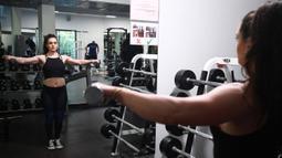 Binaragawan Yordania, Dana Sombouloglu berlatih di sebuah gym di ibukota Amman, pada 29 Januari 2020. Awalnya Soumbouloglou suka menonton kompetisi binaraga Ms Olympia ketika dia masih kecil dan memimpikan dapat berlaga dan bersaing di dalamnya suatu hari. (AFP/Khalil Mazraawi)