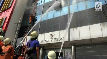 Terjadi kebakaran di gedung Star Vision di Cempaka Putih, Rabu (30/5).
