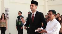Otavio Dutra resmi jadi WNI setelah bersumpah setia terhadap NKRI di Kanwil Kemenkum HAM Jawa Timur, Surabaya, Jumat sore (27/9/2019). (Bola.com/Aditya Wany)