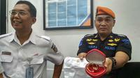 Petugas Pengamanan Daops 3 Cirebon menunjukkan perhiasan milik penumpang tertinggal di stasiun Cirebon. Foto (Liputan6.com / Panji Prayitno)