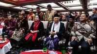 Presiden Joko Widodo (dua kiri) bersama Wapres Jusuf Kalla (kiri), Ketum PDIP Megawati Soekarnoputri (tengah), Ketum Partai Gerindra Prabowo Subianto (kanan), dan wapres terpilih Ma'ruf Amin (dua kanan) duduk bersama saat menghadiri Kongres V PDIP di Bali, Kamis (8/8/2019). (Liputan6.com/JohanTallo)