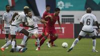 Gelandang Timnas Indonesia, Bayu Pradana, mengontrol bola saat melawan Mauritius pada laga uji coba di Stadion Wibawa Mukti, Jawa Barat, Selasa (11/9/2018). Hingga babak pertama usai kedua negara masih imbang 0-0. (Bola.com/Vitalis Yogi Trisna)