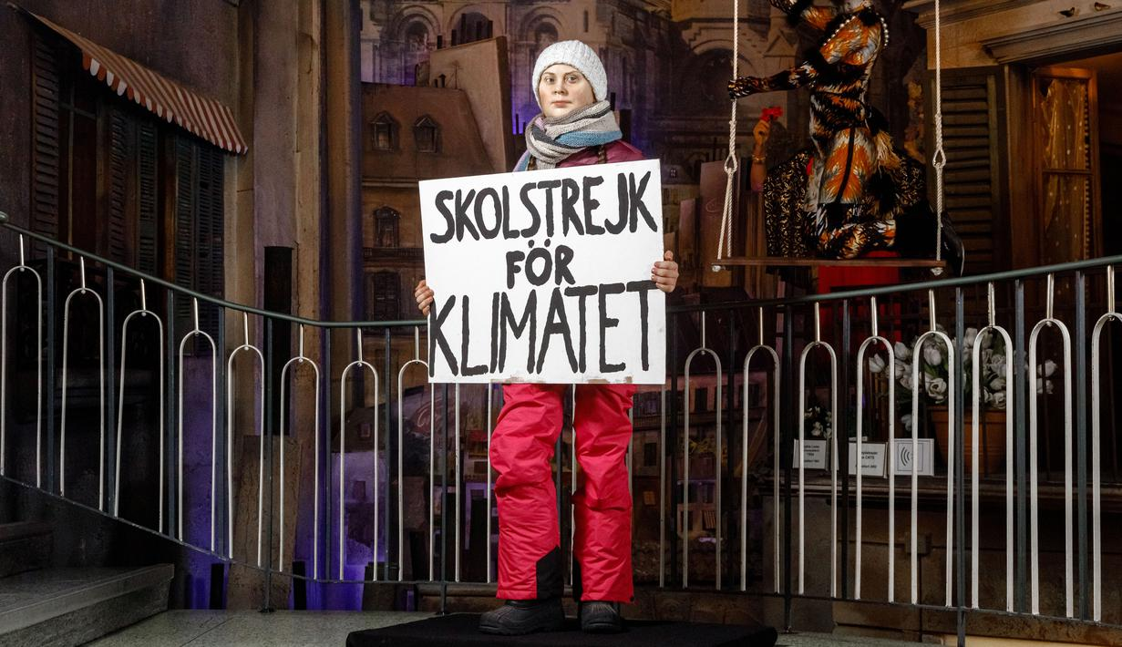 Patung lilin aktivis lingkungan asal Swedia, Greta Thunberg memegang sebuah plakat selama presentasinya di Museum Panoptikum di Hamburg, Jerman, Rabu (29/1/2020). (Markus Scholz / dpa / AFP)