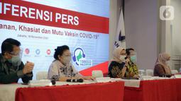 Kepala BPOM Penny K Lukito (tengah) menyampaikan keterangan terkait vaksin COVID-19 di Gedung BPOM, Jakarta, Kamis (19/11/2020). Penny mengatakan Emergency Use of Authorization (EUA) vaksin COVID-19 Sinovac diharapkan bisa keluar pada minggu ketiga/keempat Januari 2021. (Liputan6.com/Faizal Fanani)