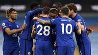 Para pemain Chelsea merayakan gol penyeimbang 1-1 ke gawang Manchester City yang dicetak gelandang Hakim Ziyech dalam laga lanjutan Liga Inggris 2020/2021 pekan ke-35 di Etihad Stadium, Manchester, Sabtu (8/5/2021). Chelsea menang 2-1 atas Manchester City. (AP/Shaun Botterill/Pool)