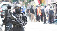 Densus 88 Antiteror Polri menggeledah rumah kos di Dusun Gerdu, Desa Waru, Kecamatan Kebakkramat, Karanganyar, Jawa Tengah, Kamis (13/8/2015). (Liputan6.com/Reza Kuncoro)