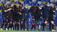 Para pemain Real Sociedad merayakan gol penyeimbang 1-1 yang dicetak striker Willian Jose dalam laga lanjutan Liga Europa 2020/21 Grup F melawan Napoli di Diego Armando Maradona Stadium, Kamis (10/12/2020). Real Sociedad bermain imbang 1-1 dengan Napoli. (AFP/Alberto Pizzoli)