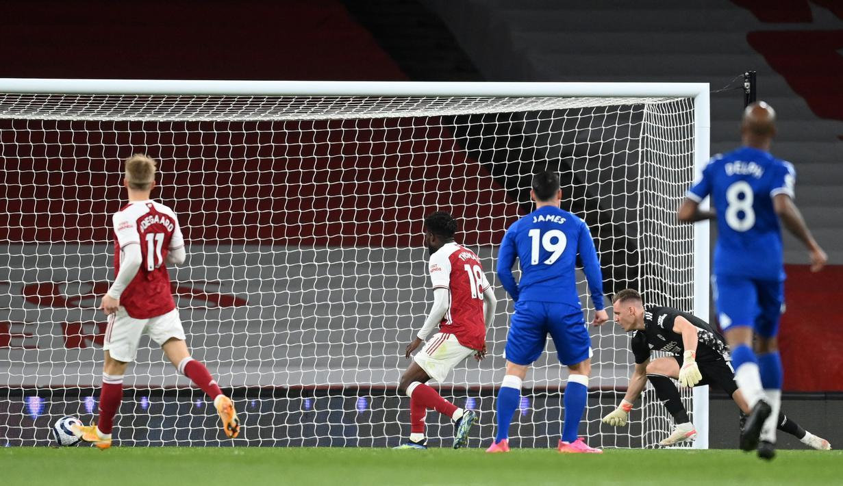 Kiper Arsenal, Bernd Leno (kedua dari kanan) gagal menangkap bola yang berbuah gol bunuh diri hasil tendangan striker Everton, Richarlison dalam laga lanjutan Liga Inggris 2020/2021 pekan ke-33 di Emirates Stadium, London, Jumat (23/4/2021). Arsenal kalah 0-1 dari Everton. (AFP/Michael Regan/Pool)
