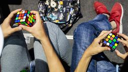 Peserta berlatih sebelum mengikuti kejuaraan kubus Rubik Dunia di Saint Denis, Paris, Prancis (16/7). Rubik sendiri adalah sebuah permainan yang mengasah kemampuan konsentrasi. (AFP Photo/Geoffroy Van Der Hasselt)