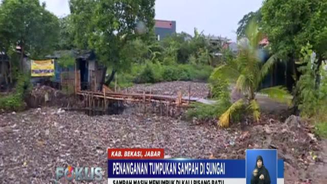 Sampah masih menumpuk di Kali Pisang Batu, Kabupaten Bekasi, meski sudah dibersihkan.