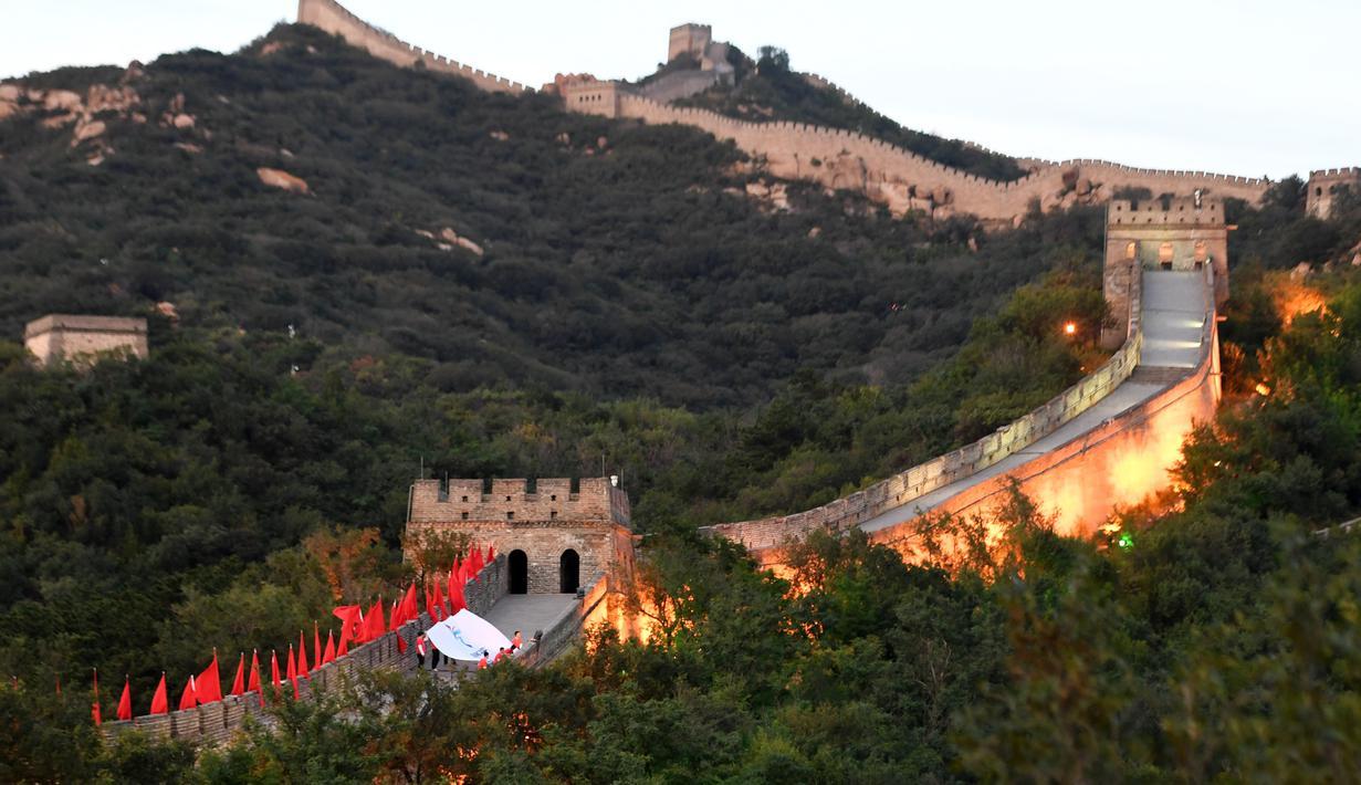 Bendera Olimpiade Musim Dingin Beijing 2022 terlihat di Tembok Besar China dalam kegiatan budaya untuk menyambut hitung mundur 500 hari jelang perhelatan akbar tersebut di Badaling, Distrik Yanqing, yang terletak di Beijing, ibu kota China, pada 20 September 2020. (Xinhua/Zhang Chenlin)