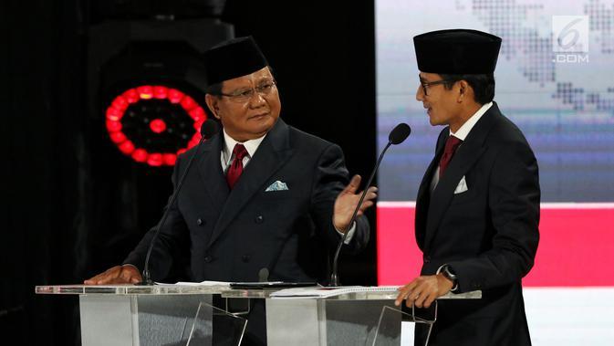 Capres dan Cawapres nomor urut 02 Prabowo Subianto-Sandiaga Uno berbincang saat mengikuti Debat Pilpres 2019 kelima di Jakarta, Sabtu (13/4). Debat kelima merupakan debat terakhir yang mengambil tema Ekonomi, Kesejahteraan Sosial, Keuangan dan Investasi. (Liputan6.com/Johan Tallo)#source%3Dgooglier%2Ecom#https%3A%2F%2Fgooglier%2Ecom%2Fpage%2F2019_04_14%2F351673