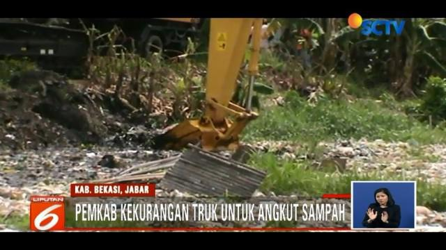 Sampah memadati aliran Kali Pisang Batu, Pemkab Bekasi mengaku kewalahan mengatasinya, lantaran kekurangan truk pengangkut sampah.