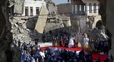 Paus Fransiskus, dikelilingi oleh puing-puing gereja yang hancur, memimpin doa bagi para korban perang di Lapangan Gereja Hosh al-Bieaa, Mosul, Irak, yang pernah menjadi ibu kota de-facto ISIS, Minggu (7/3/2021). (AP Photo/Andrew Medichini)