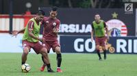 Pemain Persija, Bambang Pamungkas (kiri) berebut bola dengan Ismed Sofyan saat latihan resmi jelang laga lanjutan Go-Jek Liga 1 Indonesia 2018 bersama Bukalapak melawan Persib di Lapangan PTIK, Jakarta, Jumat (29/6). (Liputan6.com/Helmi Fithriansyah)